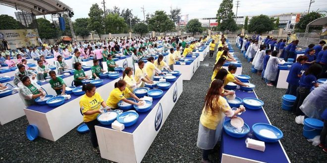 Most People Washing Dishes Simultaneously (World Record)
